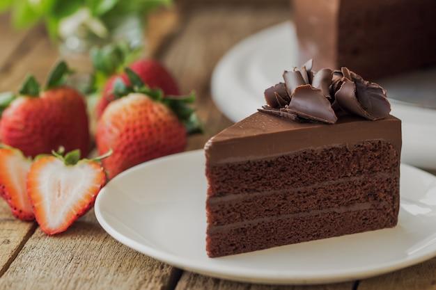Selbst gemachter köstlicher schokoladenfondantkuchen verziert mit schokoladenlocke schnitt zum dreieck shap