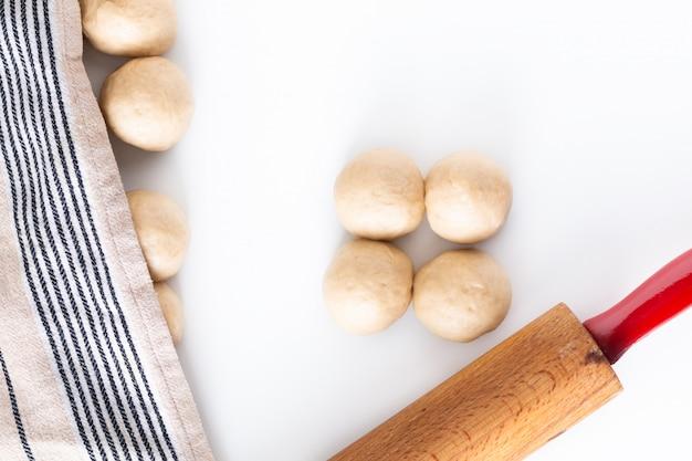 Selbst gemachter lebensmittelkonzeptprozess, der brotborten-challahteig flechtet