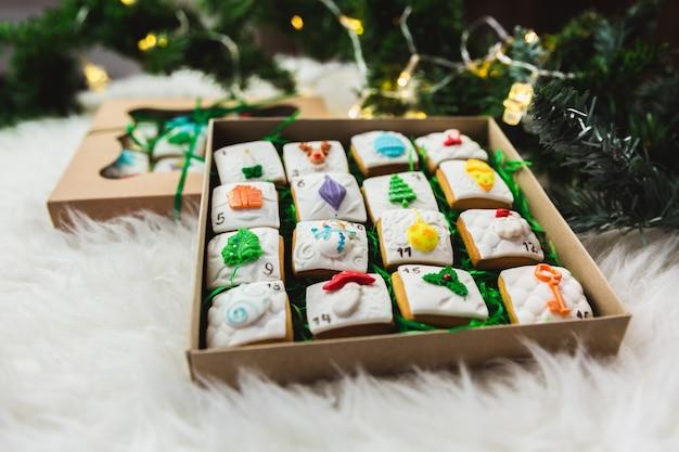 Selbst gemachter lebkuchen weihnachtsplätzchen-einführungskalender auf weiß