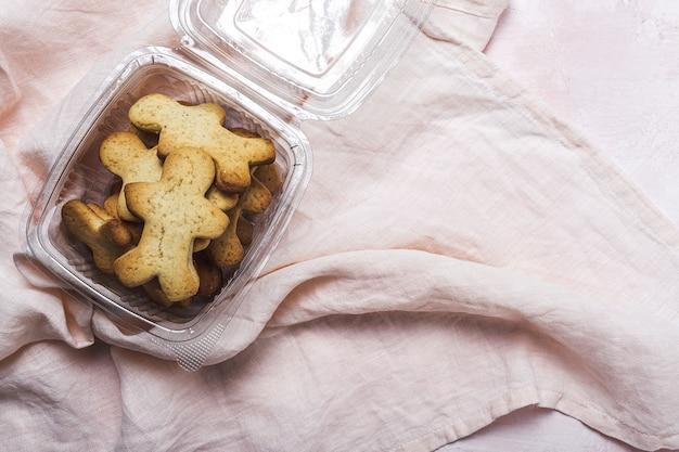 Selbst gemachter lebkuchen, zimt und schokoladenplätzchen auf rosa hintergrund von oben. flach liegen