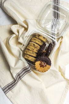 Selbst gemachter lebkuchen, zimt und schokoladenplätzchen auf weißem hintergrund