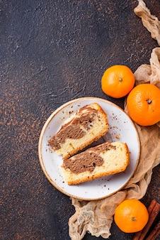 Selbst gemachter marmorkuchen mit schokolade und orange