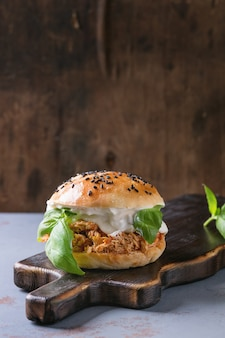 Selbst gemachter miniburger mit gezogenem huhn