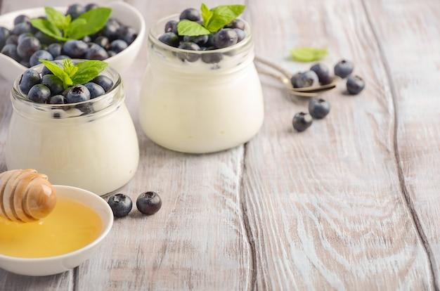 Selbst gemachter naturjoghurt mit blaubeeren und minze.