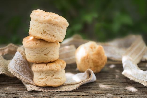 Selbst gemachter neuer klassischer scone auf hölzernem hintergrund