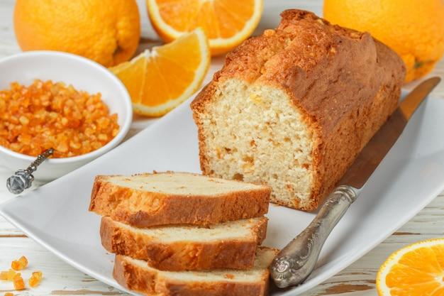 Selbst gemachter orange fruchtlaibkuchen mit kandierten früchten und nüssen der zitrusfrucht