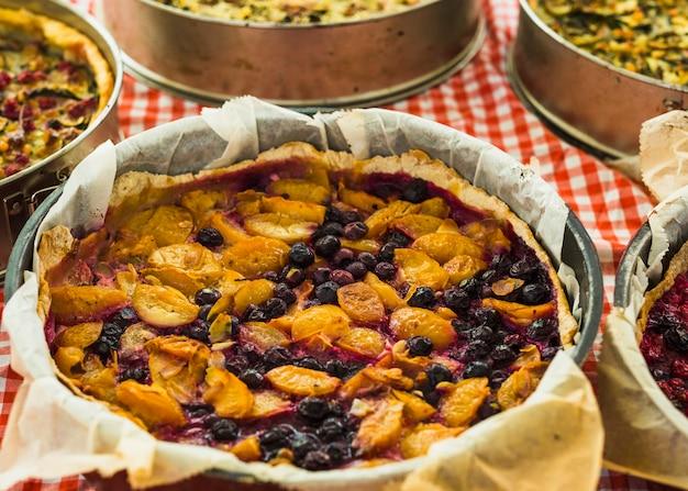Selbst gemachter pfirsich- und blaubeertörtchen