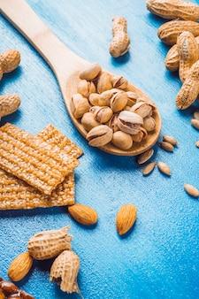 Selbst gemachter proteinstab gemacht mit trockenfrüchten auf blauem beschaffenheitshintergrund