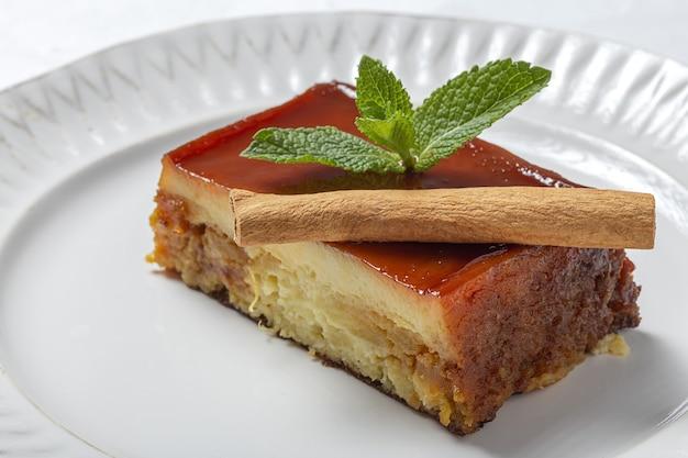 Selbst gemachter pudding von frischen und gesunden äpfeln auf marmorhintergrund