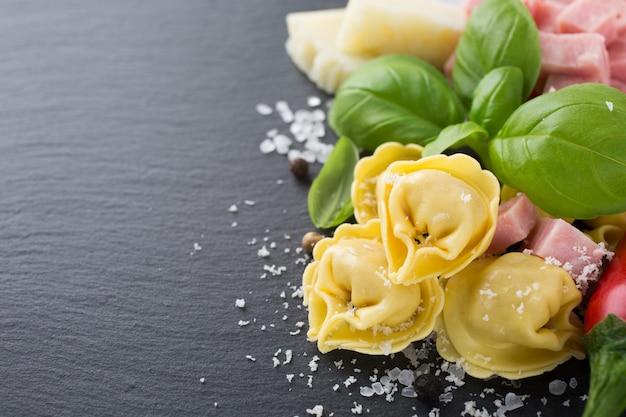 Selbst gemachter roher italienischer tortellini mit schinken und käse