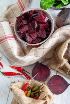Selbst gemachter roher rote-bete-wurzeln salat in der kleinen schüssel