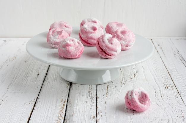Selbst gemachter rosa eibischkorinthenzefir