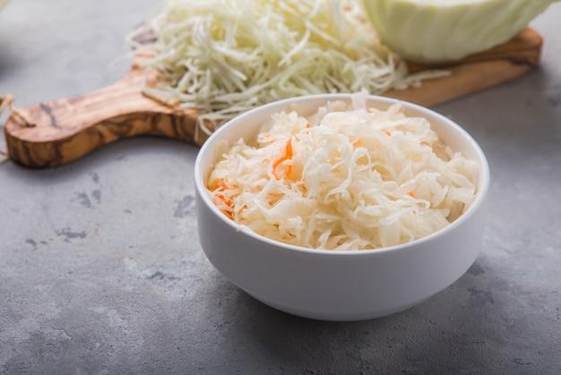 Selbst gemachter sauerkrautdorf gegorener kohl. bio-gemüse im rustikalen veganen salatstil, ideal für eine gute gesundheit. traditionelle russische wintermahlzeit. probiotika-food-konzept.