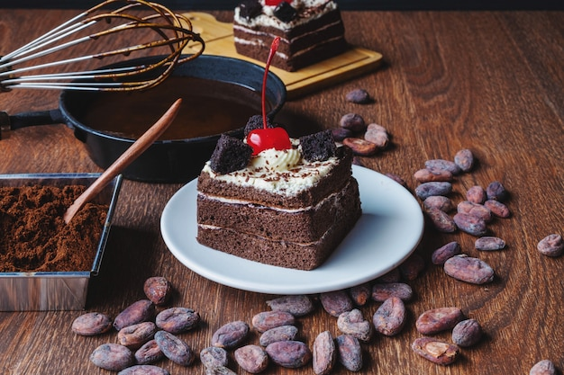 Selbst gemachter schokoladenkuchen auf einem holztisch