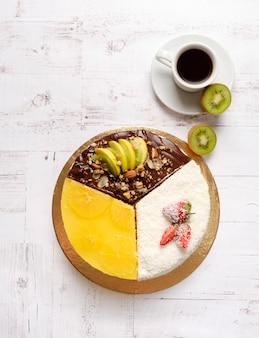 Selbst gemachter süßer kuchen mit früchten, schokolade, apfel, kiwi, erdbeere
