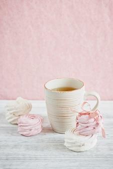 Selbst gemachter süßer rosa und weißer marshmallow - zephyr auf einem hellen holztisch.