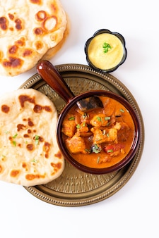 Selbst gemachter tandoori-huhn masala-curry des lebensmittelkonzeptes mit naan brot- und joghurt-dip