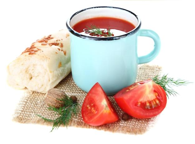 Selbst gemachter tomatensaft im farbbecher und in den frischen tomaten, gewürze lokalisiert auf weiß