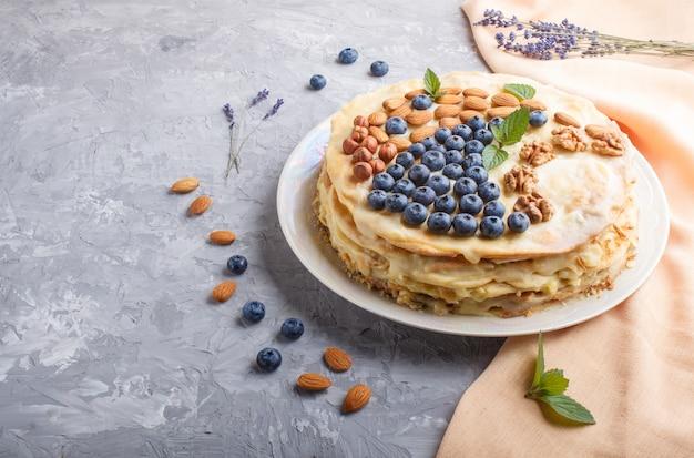 Selbst gemachter überlagerter napoleon-kuchen mit milchcreme