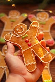 Selbst gemachter weihnachtslebkuchenmann mit zuckergussmuster