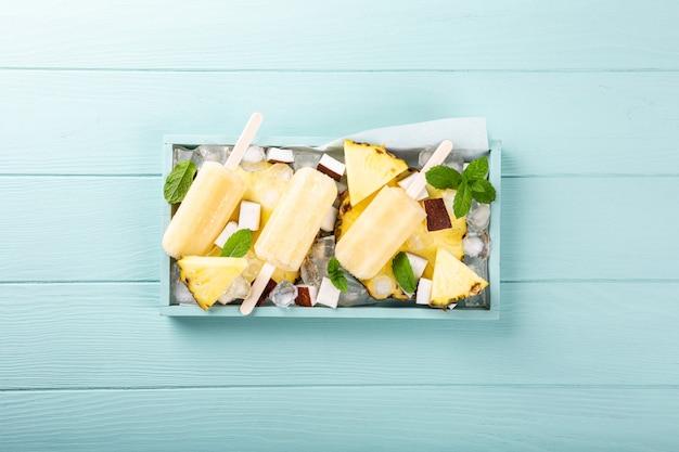 Selbst gemachtes ananaskokosnusseis am stiel