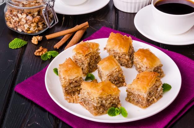 Selbst gemachtes baklava mit filoteig und walnüssen in honig- und zuckersirup. türkische küche.