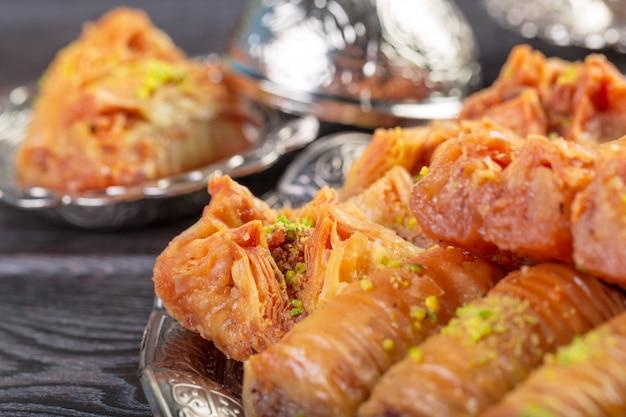 Selbst gemachtes baklava mit nüssen und honigsirup