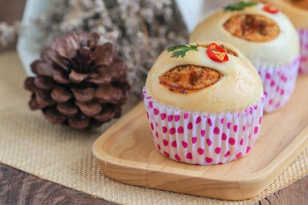 Selbst gemachtes brötchen der thailändischen art mit getrocknetem zerrissenem schweinefleisch oder schweinefleischseide und garnele briet paprikapaste.