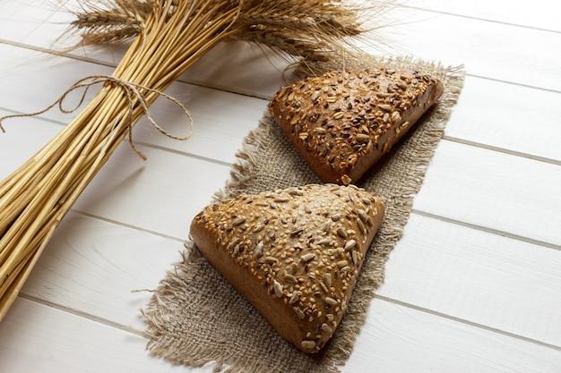 Selbst gemachtes brot oder brötchen, draufsicht des frühstücksnahrungskonzeptes