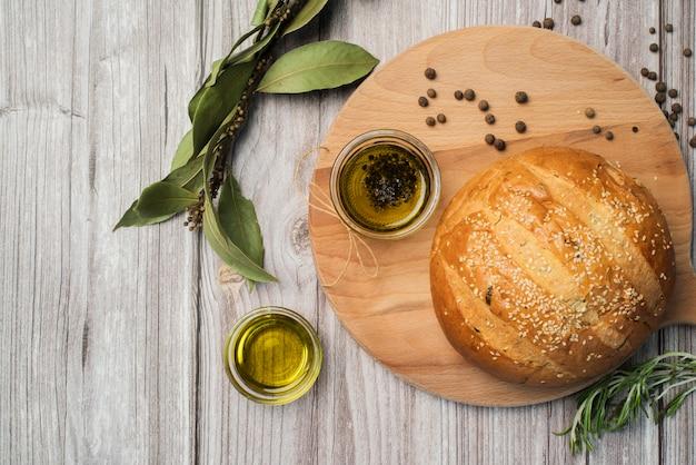 Selbst gemachtes brot und olivenöl der draufsicht