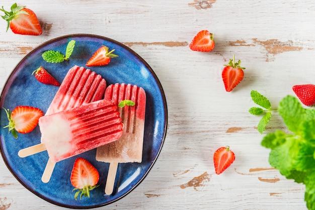 Selbst gemachtes eis am stiel des strengen vegetariers erdbeer