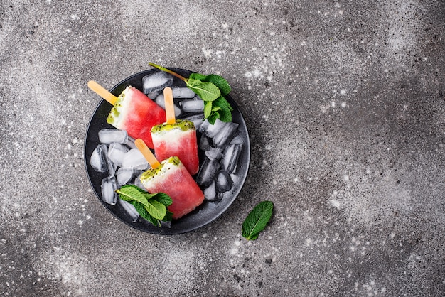 Selbst gemachtes eis am stiel in form der wassermelone