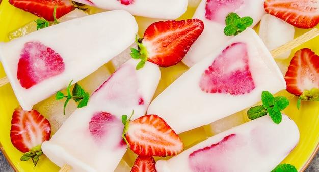 Selbst gemachtes eis mit erdbeeren. selektiver fokus