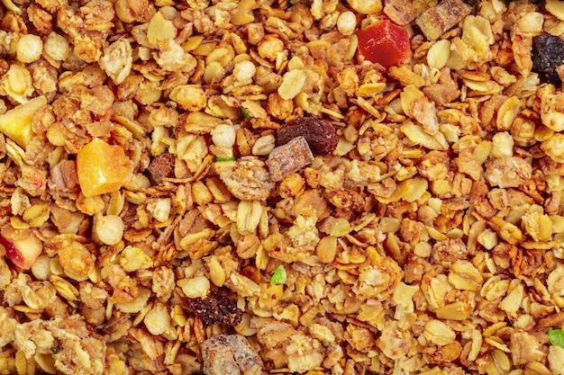 Selbst gemachtes gebratenes granola auf backblechfrühstücksnahrung