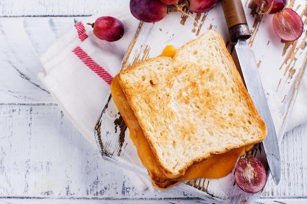 Selbst gemachtes gegrilltes käsesandwich