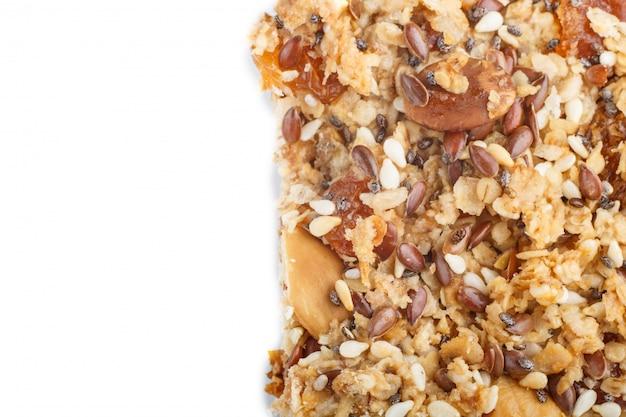 Selbst gemachtes granola aus haferflocken, datteln, getrockneten aprikosen, rosinen, nüssen isoliert. ansicht von oben.