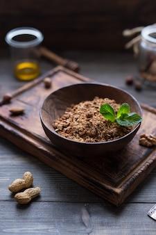 Selbst gemachtes granola in der hölzernen schüssel. frühstück. food gesundes konzept. ansicht von oben.