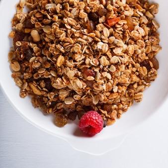 Selbst gemachtes granola mit frischen beeren gesundes frühstück des sommers.