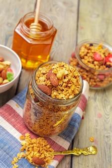 Selbst gemachtes granola mit nüssen und samen
