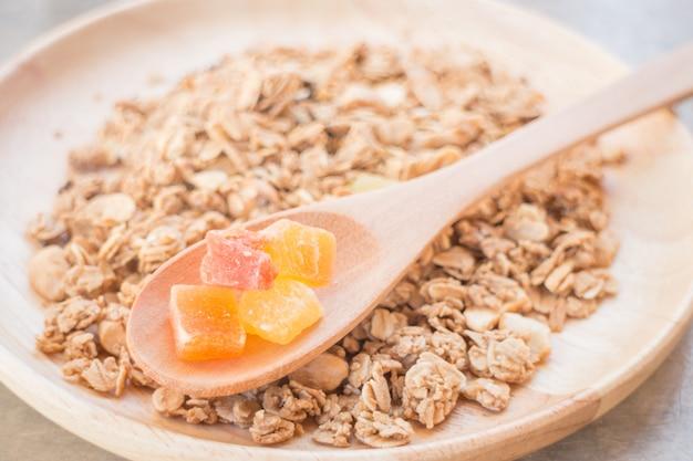 Selbst gemachtes granolafrühstück mit trockenfrüchten
