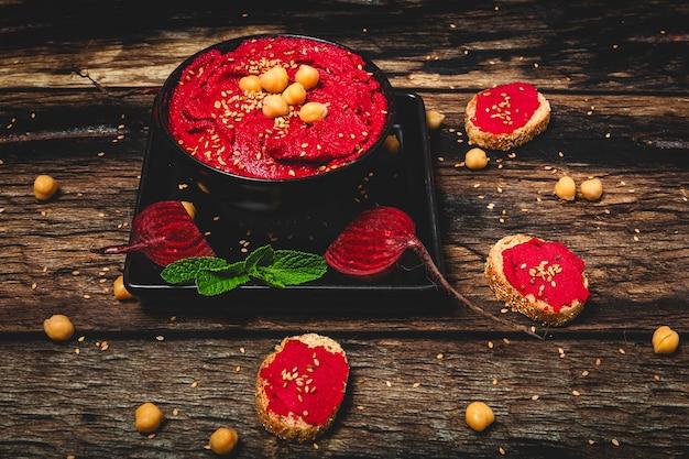 Selbst gemachtes hummus der roten rote-bete-wurzeln mit kichererbsen