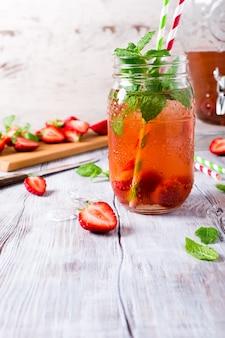 Selbst gemachtes köstliches erdbeerkompott im glasgefäß