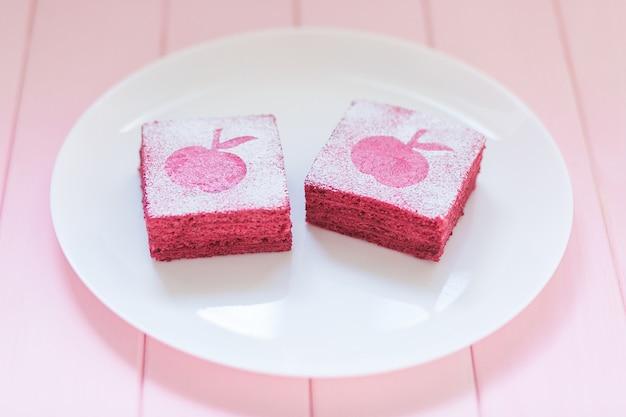 Selbst gemachtes korinthenpastila auf weißer platte mit rosa hölzernem hintergrund.