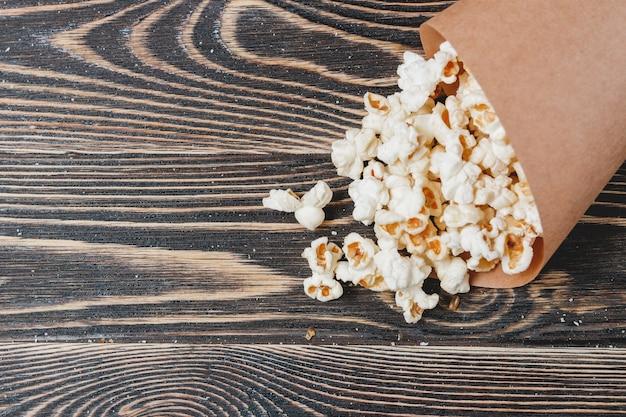Selbst gemachtes mais-popcorn in der tasche
