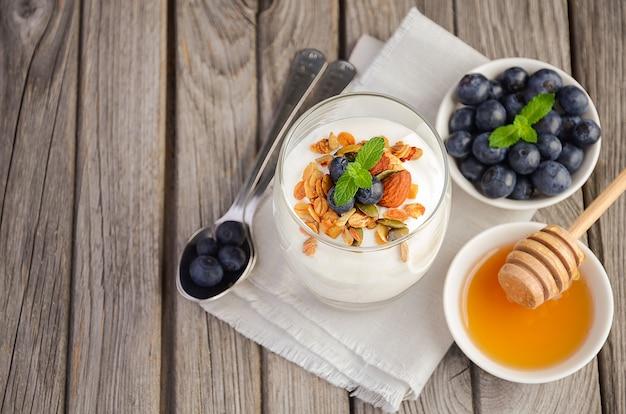 Selbst gemachtes müsli mit joghurt und frischen blaubeeren