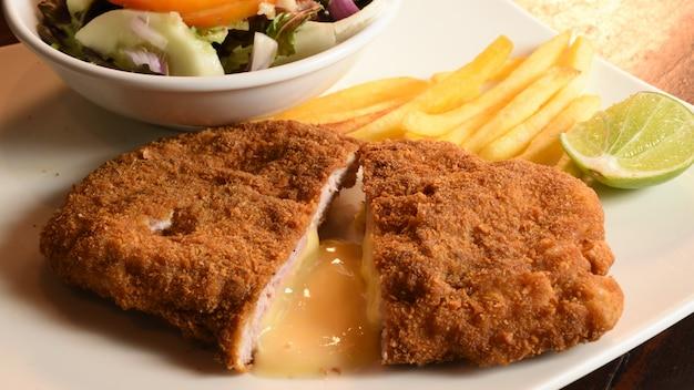 Selbst gemachtes paniertes deutsches weiner schnitzel mit salat