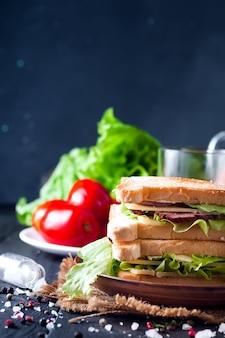 Selbst gemachtes sandwich mit einem salat