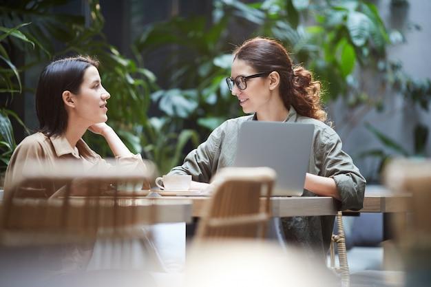 Selbstbewusste damen, die am webdesign arbeiten