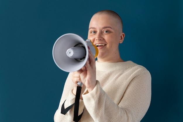 Selbstbewusste frau im kampf gegen brustkrebs