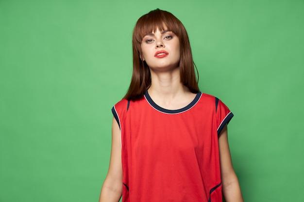 Selbstbewusste frau in einem roten t-shirt